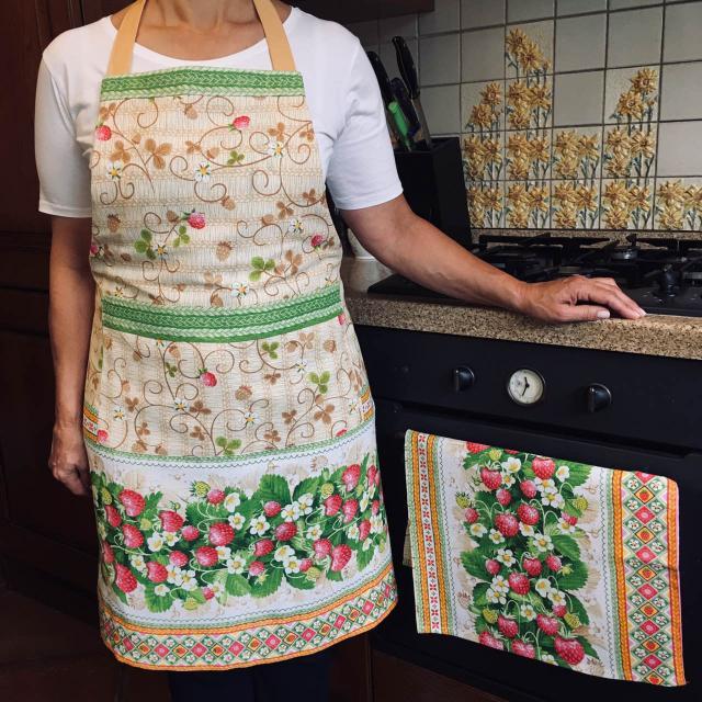 Купить кухонный фартук и полотенце в украинском стиле. Узор Земляничная поляна